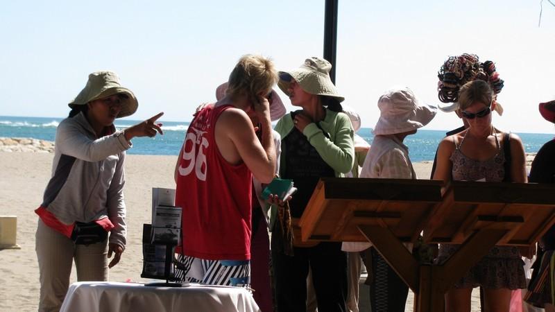 Продавцы/массажисты на пляже около отеля. Бали.
