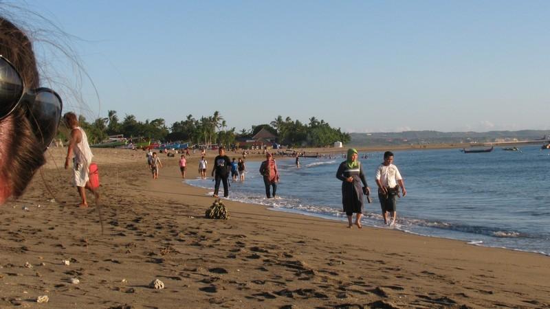 Ежедневные прогулки местного населения вдоль берега океана. Бали