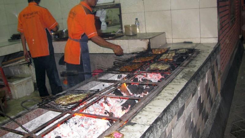 Кухня рыбного ресторана на берегу океана. Бали / Бали Индонезия фото  / ketvilz.ru