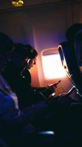 В самолёте, прихватив гаджеты, можно поработать, повисеть в социальных сетях, изучить все свежие новости и поиграть в игры / ketvilz.ru
