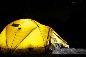 Перед сном снимите верхнюю одежу и обувь / как согреться в палатке ночью / ketvilz.ru