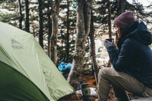 Перед сном желательно плотно покушать, но не пейте много воды / как согреться в палатке ночью / ketvilz.ru