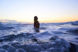 При штормовом предупреждении не заходите в море / что делать, если волна уносит в море / ketvilz.ru