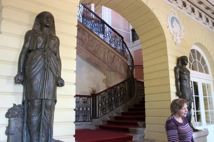 Павловский дворец. Семиступенчатая лестница в вестибюле дворца /ketvilz.ru